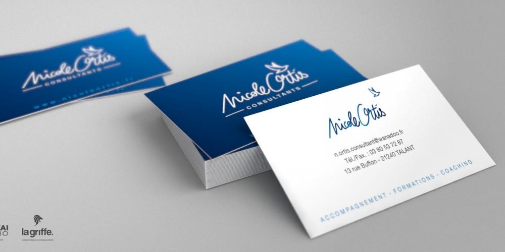 Pile de cartes de visites Nicole Ortis par La Griffe, Agence de communication, design et web à Dijon